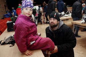 Nellie Karlsson, 5 år, och pappa Stefan Karlsson hittar skridskor i favoritfärgerna.