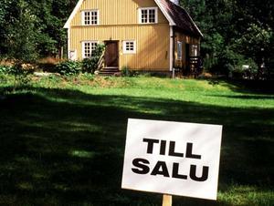 Mäklaren anklagas bland annat för att ha sålt en villa till sig själv – för underpris. Varken huset eller mäklaren som skylten tillhör har något med artikeln att göra.