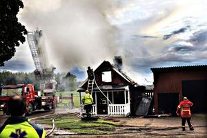 Gästhuset ligger inte långt från boningshuset och garaget. Men elden var snabbt under kontroll och hann aldrig sprida sig.