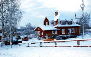 Det var trångt både på parkeringen och inne i Backa bystuga när det var traditionell julfest på lördagen.