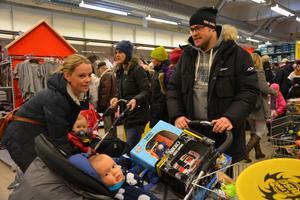 Jenny och Tommy Ferdinandsson från Umeå. Här med ettårige sonen Lucas i en barnvagn fullastad med leksaker.