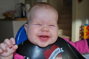 Projekt smakportioner. Alvina Valsås är fem månader gammal och har precis börjat smaka på de mer fasta livsmedeln. Och som hon njuter - lyckligare än så här kan man knappast bli för potatis- och palsternackspuré. Härliga tjejen!