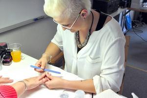 Veronica Lövgren från Hoo utanför Hammarstrand driver en egen nagelstudio och gör gelenagelförlängning.