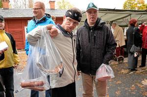 Marknadsshopping. Olle Larsson och Per Carlsson gör en runda på marknaden och har fyndat en del.