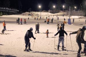 Många skratt kom från de 50 slalomåkarna som letat sig till Järvsöbacken under tisdagskvällen.