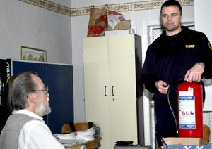 Per Sjöberg, brandman och avdelningschef vid Västerbergslagens räddningstjänst, demonstrerade bland annat hur en brandsläckare fungerar.