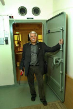 Jan-Erik Eriksson, 61 år, försvarsdirektör vid länsstyrelsen i Västernorrland och spindeln i nätet för länets krisberedskap.–Här i länsstyrelsens skyddade ledningsplats ska vi samordna insatserna vid en stor händelse. Den är byggd utifrån den gamla hotbilden och är ungefär som ett skyddsrum. Vi har eget vatten och reservkraft för att inte vara så sårbara. Faller telefonerna ut har vi andra möjligheter, som radio.
