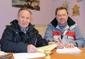 Lars Löök, Venjansfirren, och Göran Halvarsson, Skinnkroken, diskuterar den kommande fiskehelgen med två tävlingar och nya