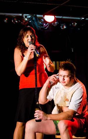 """Helen Sjöholm tillsammans med BAO skapade monstersvensktoppslåten nummer ett med """"Du är Min Man"""", i Guld Hits gestaltas det komiskt av Rickard Nilsson som den älskvärde mannen i tv-fotöljen."""