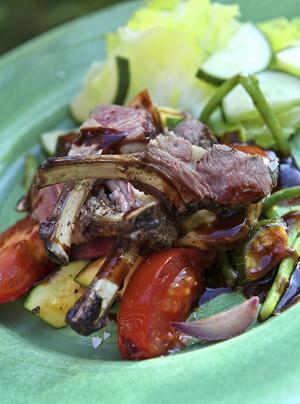 Rosastekta lammracks med medelhavsgrönsaker och rödvinssky bjuder på stora smaker.