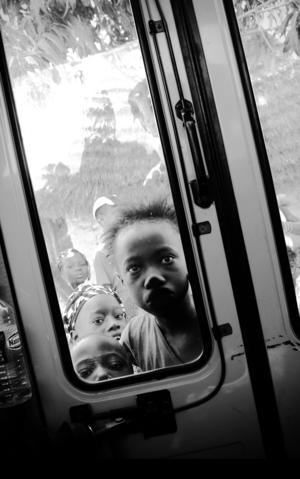 Skilda världar, bara en bussdörr som skiljer två olika verkligheter. Bilden tagen av Jan Forsmark kom på andra plats i årets tävling.