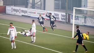 Calle Svensson jagar efter Ilir Berisha efter mittbackskollegans 3–0-mål på Södertälje fotbollsarena. VSK tog lagets fjärde raka seger.