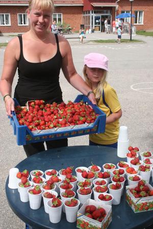 Maria Larsson och Maja Kristiansson från Mellanfjärden såg till så det fanns jordgubbar.
