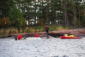 Båten är hittad men sökarbetet efter det försvunna paret i 40-årsåldern fortsätter.