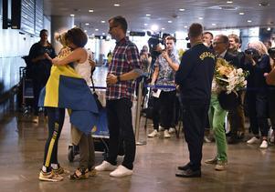 Jenny Rissveds kramar om mamma, Anna-Karin, och pappa Thomas väntar på sin tur på Arlanda i Stockholm efter att hon landat.