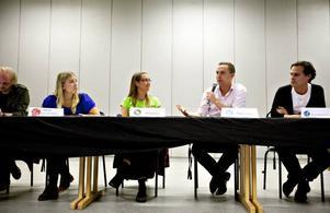 Van debattör. Moderaternas Tomas Tobé (i rosa skjorta) engagerade sig tidigt i politiken. På fredagen var han tillsammans med företrädare för övriga riksdagspartier på plats i Borgarskolans aula. Från vänster: Jonas Hasselqvist (V), Ellinor Eriksson (S), Bodil Ceballos (MP), Tomas Tobé (M) och Steven Crosson (KD).