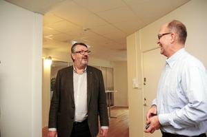 """KONKURRENTER. Kenneth Holmström (M) och Lars Skytt (S) har kamperat ihop under många år i politiken. Lars Skytt som numera är styrelseordförande i Älvkarlebyhus informerade om bostadssituationen i kommunen. """"Det största problemet är att vi ligger efter med underhållet på de äldre husen"""", säger han."""