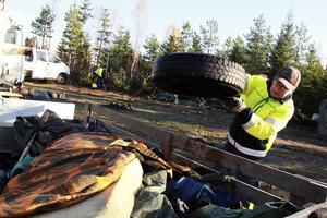 Bärplockarläger i Tönnebro städas efter förra bärsäsongen.