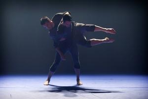 Svart.Blå i koreografi av Örjan Andersson. I bild syns David Norsworthy och Patrick Bragdell.