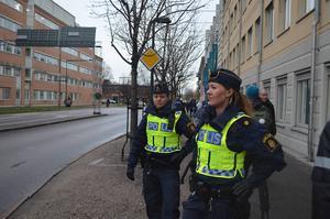 Poliserna Isabelle och Sofie såg till att åskådarna till den stora matchen kom fram tryggt och lugnt.