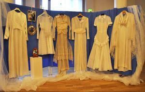 Brudklänningar i långa rader visas på Medborgarhuset av Hammerdals konstförening.