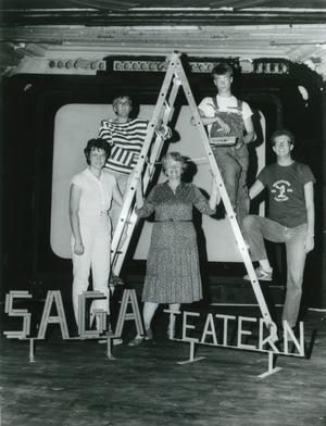 Kerstin Alverholt, Maud Uhlin, Maj-Britt Ahlin, Henrik Qviström och Lars Ahlin från Södertälje teateramatörer gör de sista förberedelserna, som att sätta upp skylten, inför det att den gamla Sagabiografen ska bli teaterlokal. Bilden är tagen i augusti 1983. Sagateatern öppnade i september samma år.