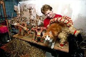 Eva Karlsson har julbockstillverkning som hobby tillsammans med barndomskamraten Leif Sjöberg.Katten Mozart håller dem ofta sällskap i verkstan. Foto: ANNAKARIN BJÖRNSTRÖM