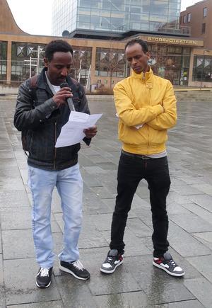 Amanuel Teweldemedhin, till höger, har själv flytt från Eritrea och kämpar för att situationen i landet ska förändras. I söndags deltog han i manifestationen för sitt hemland.