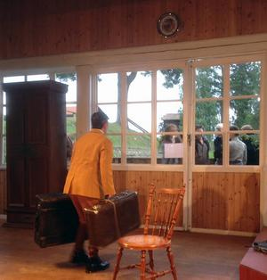 Sommarpaviljonen på hembygdsgården i Färila är en härlig plats för Körsbärsträdgården där spelet kan försiggå även utanför de stora fönstren som när godsägarfamiljen anländer med tåget.