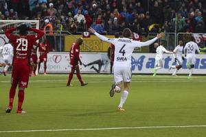 Alexander Isak firar sitt 0-2-mål. ÖFK-spelarna deppar.