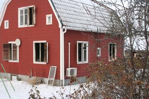 Två personer omkom på fredagskvällen i en villabrand i Gyttorp.
