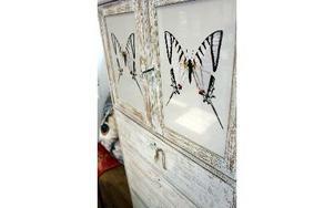Ett vackert skåp med fjärilar och fin patina.
