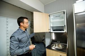 Stefan Anderssons företag Athena Nordic utvecklar också andtra produkter för bostadsanpassning, som detta skåp som kan byggas in i befintliga skåpstommar. Foto:Kjell Jansson