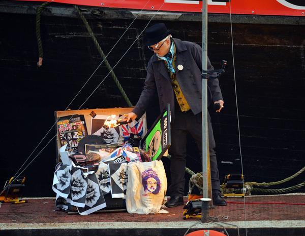 Joe Corré, son till Sex Pistols forne manager Malmcolm McLaren och modmodeskaparen Vivienne Westwood, tände en dyr punkbrasa på floden Themsen under lördagen.