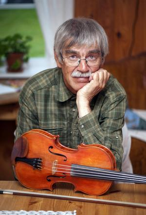 Kalle Almlöf med sin enda fiol som han har byggt själv. Han bygger för det mesta två fioler om året.