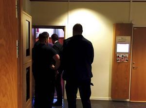 Den mordåtalade 17-åringen fördes in i tingssalen.