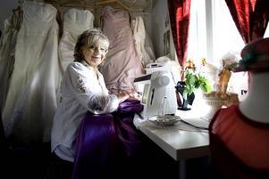Eivor Pierre arbetar omgiven av fantastiska brud- och festklänningar. Det är Eivor som ser till att drömmen om den glamourösa klänningen blir verklig.