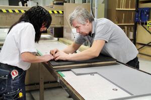 Roger Engström och Eva Alexson ställer in knivarna på ett verktyg, som används till stansmaskinen. Det finns uppskattningsvis mellan 1 500 och 1 600 verktyg till olika kunder som man använder.