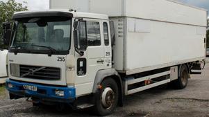 När polisen beslagtog den här lastbilen hade den lastats med tio farmartankar och över 3 000 liter diesel.