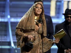 Beyoncé tar emot pris för bästa album i kategorin urban/samtida för
