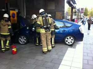 Efter att kvinnan kolliderat med mannen körde hon rakt in i väggen.