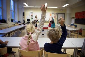 Debattören från Liberalerna har tre synpunkter på hur Socialdemokraterna sköter skolpolitiken.
