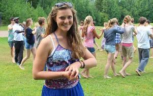 15-åriga Emma Scandolo från Italien har gjort illa foten så hon kan inte vara med och dansa. Hon berättar att hon stortrivs på lägret. Foto: Eva Högkvist