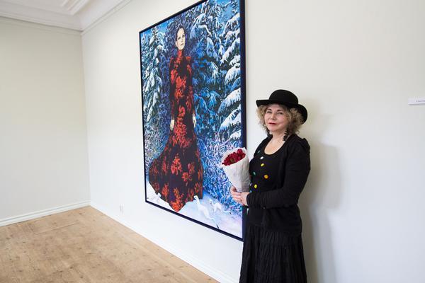Eva Zettervall framför tavlan med Sara Danius.