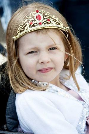 Lovisa Scheiber, Bunkeflostrand, har dagen till ära fått tiara - och bra plats att se kortegen.