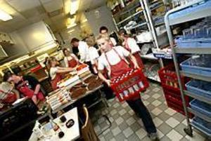 Foto: NICK BLACKMON Många kockar. Det var full fart i köket på Heartbreak Hotel i går. - Alla här är talanger och inga mungipor pekar nedåt, säger köksmästaren Micke Carlsson.