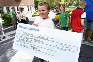 Anton Lander skänkte 9 900 kronor till Lekterapin och här håller Wilmer Söderberg Boija i checken.