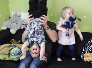 Att busa med pappa Mattias är det bästa Vincent vet, och lillasyster Nellie verkar hålla med.