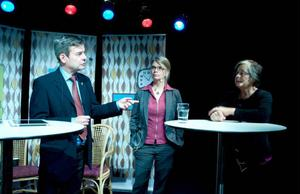 Bostadsdebatten var stundom tämligen het mellan Fastighetsägarnas Pär Jönsson och Hyresgästföreningens Barbro Engman. I mitten stod kommunens exploateringschef, Ann-Katrin Ångnell.