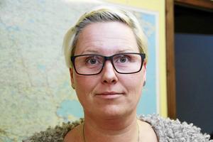 Byggnadsinspektör Jessica Forsström  förklarar att det krävs bygglov om färgen ska ändras på en husfasad.
